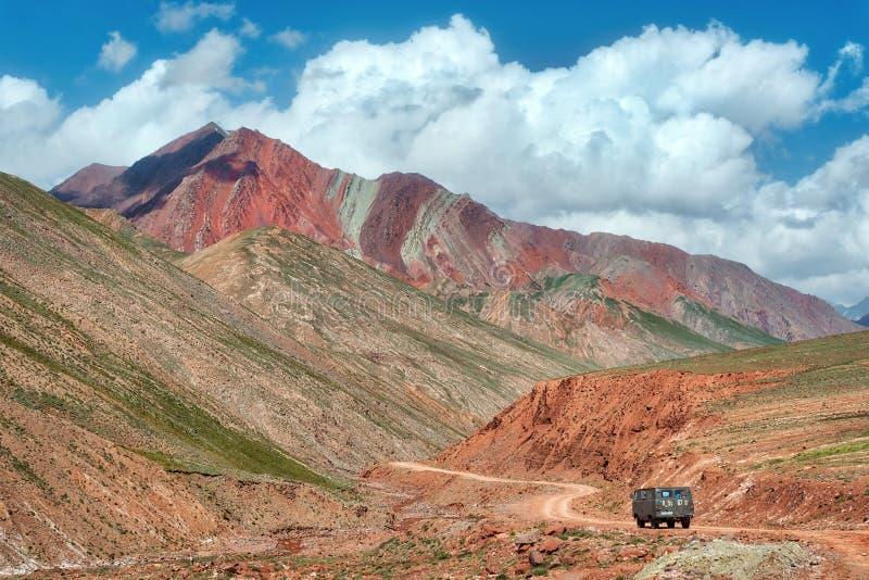 克孜勒在吉尔吉斯斯坦和塔吉克斯坦之间的艺术通行证,采取在奥格斯 免版税图库摄影