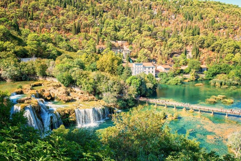 克尔卡国家公园、自然瀑布Skradinski buk的风景、看法和河克尔卡河,克罗地亚 免版税库存照片