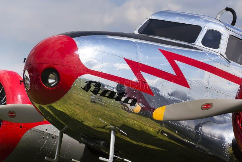 洛克希德Electra 10A站立在2017年4月30日的机场的葡萄酒飞机在Plasy,捷克共和国 免版税库存照片