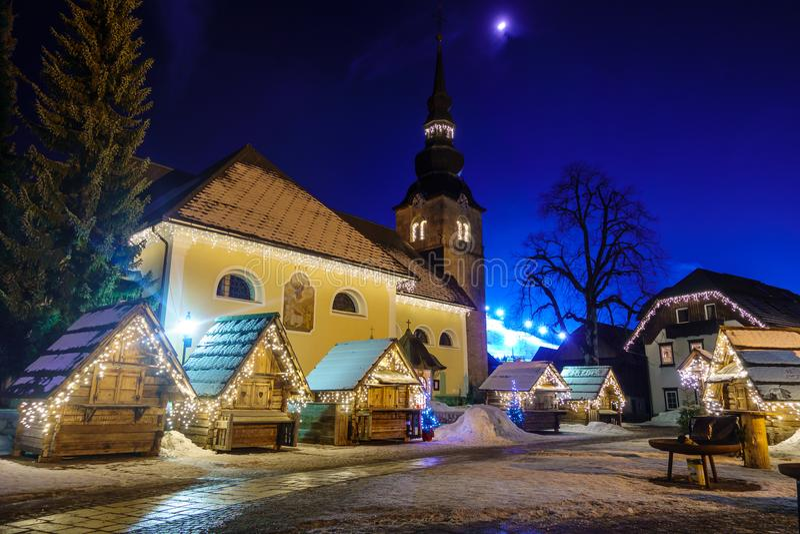 克拉尼斯卡戈拉圣诞节在夜之前装饰了方形,高山村庄 免版税库存图片