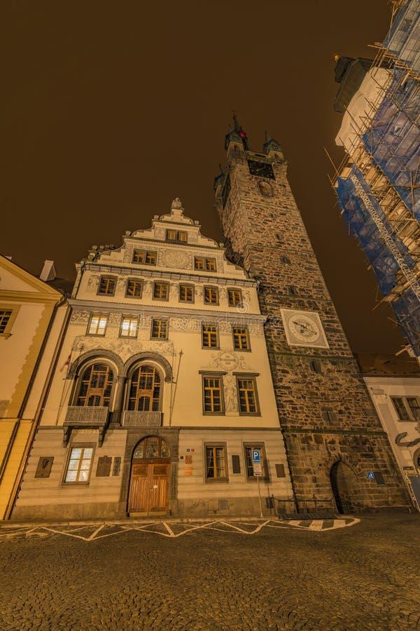 克拉托维老市政厅和黑塔在与橙色天空的秋天夜 库存图片