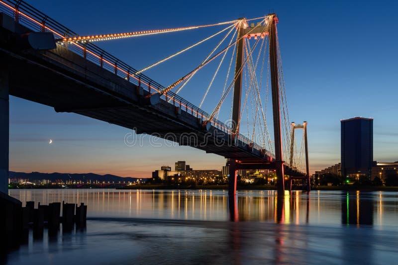 克拉斯诺亚斯克夜城和燕尼西的步行桥 库存照片