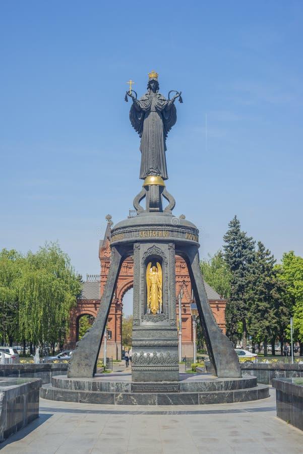 克拉斯诺达尔,俄罗斯- 2019年4月10日:圣徒克拉斯诺达尔中区的凯瑟琳响铃  圣洁了不起的受难者的纪念碑 库存照片