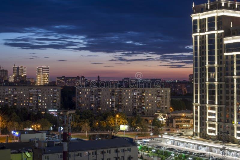 克拉斯诺达尔,俄罗斯- 2019年6月29日:大厦的美丽的门面反对夜空的与日落 街道屠格涅夫的看法 免版税库存图片