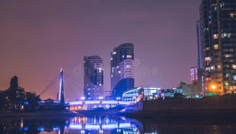 克拉斯诺达尔,俄罗斯- 2018年10月20日:恋人和克拉斯诺达尔市,俄罗斯桥梁的夜视图  免版税库存图片