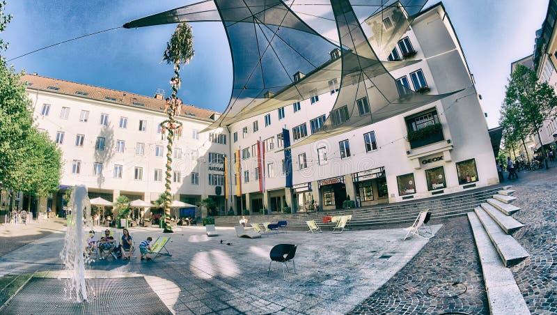 克拉根福,奥地利- 2013年8月:美丽的城市街道总之 免版税库存图片
