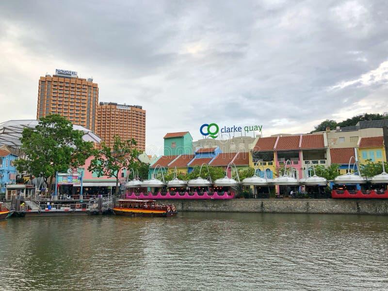克拉码头新加坡-在运河附近的28 A人开会和用途手机在克拉克奎伊新加坡前面 库存照片