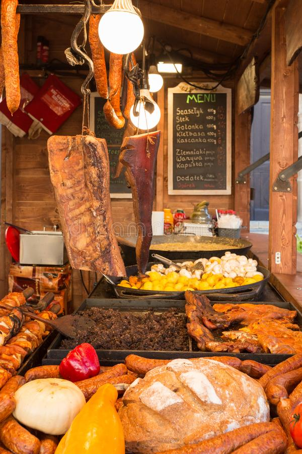 克拉科夫克拉科夫波兰卖传统波兰街道食物的食物摊 传统波兰街道食物 库存图片
