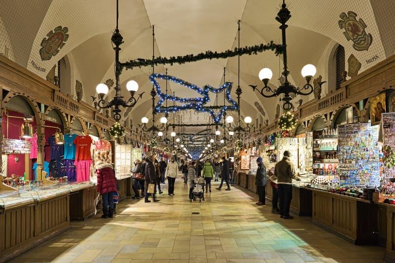 克拉科夫布料霍尔,波兰内部与圣诞装饰的 免版税库存照片