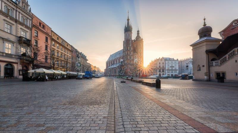 克拉科夫老镇,有圣玛丽` s教会的集市广场日出的,历史中心都市风景,波兰,欧洲 免版税库存图片
