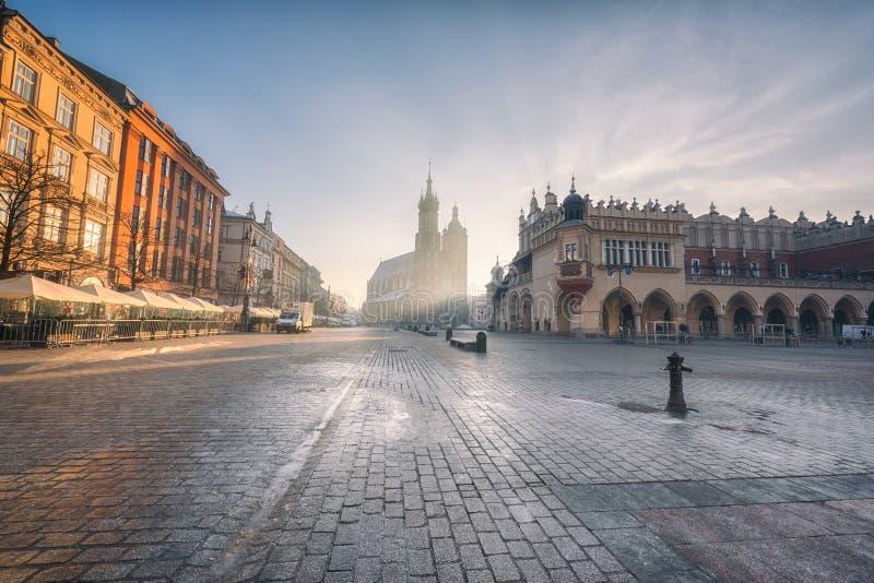 克拉科夫老镇,有圣玛丽` s教会的集市广场日出的,历史中心都市风景,波兰,欧洲 库存图片