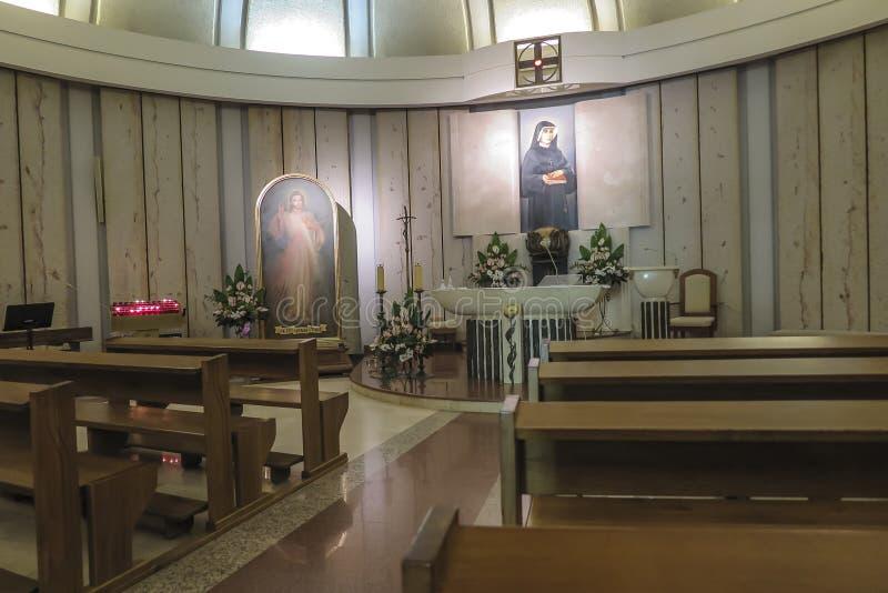 克拉科夫,波兰, 2018年8月15日:神的慈悲的知名的圣所的内部在Lagiewniki 图库摄影
