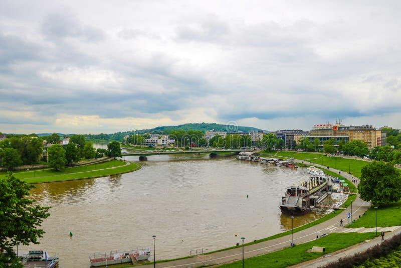 克拉科夫,波兰,2019年5月24日-在海岸河维斯瓦的美丽如画的风景有小船的 库存照片