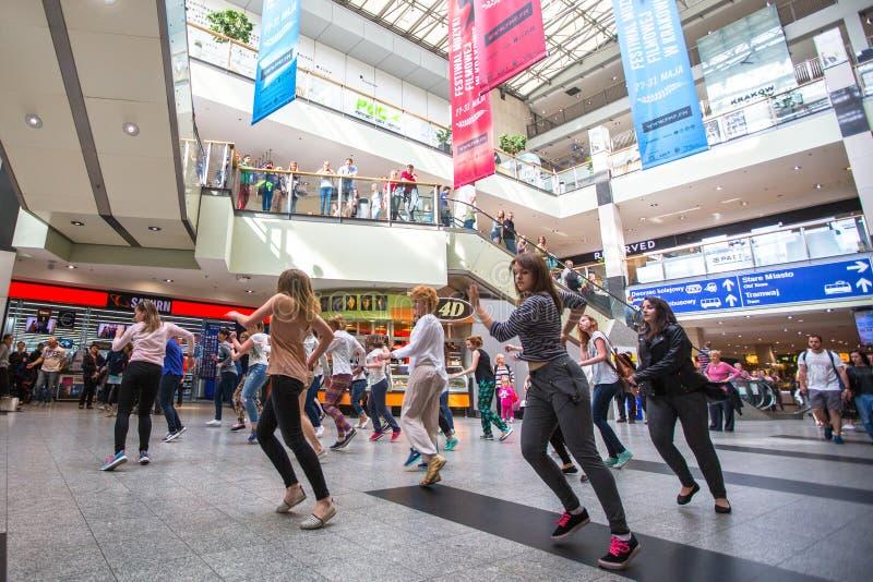 克拉科夫,波兰-参加者在舞蹈闪光围攻在中心城市火车站 图库摄影