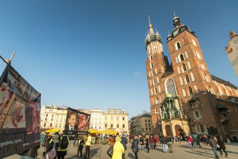 克拉科夫,波兰-参加者抗议反对在主要集市广场的堕胎在我们的夫人附近教会  图库摄影