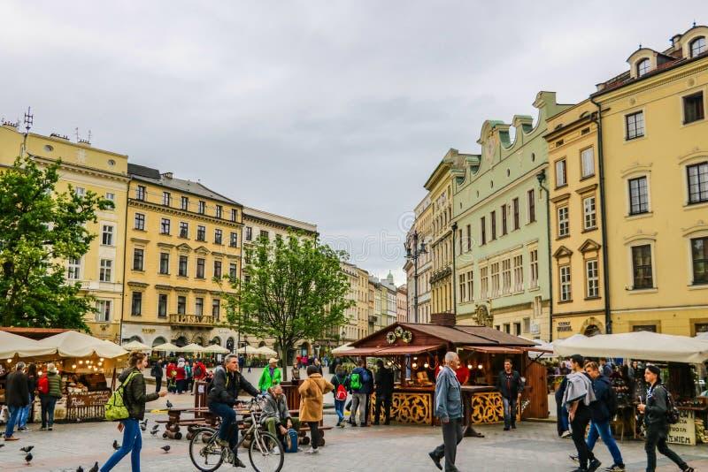 克拉科夫,波兰- 2019年5月21日:主要中央集市广场美丽的合奏有它的中世纪地标的 库存照片