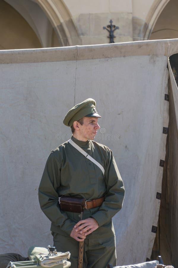 克拉科夫,波兰- 2018年9月23日:在从第一次世界大战的波兰制服打扮的nYoung人在游人中在克拉科夫的 库存照片