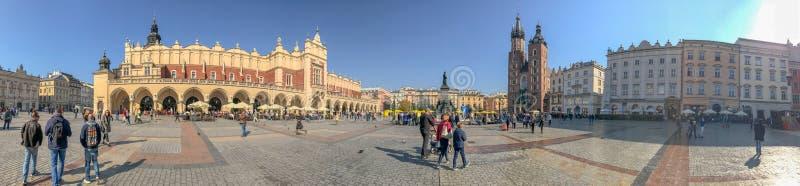 克拉科夫,波兰- 2017年10月2日:游人参观大广场, pa 免版税库存图片