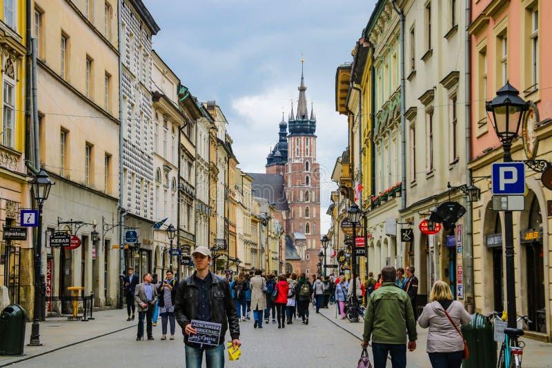 克拉科夫,波兰- 2019年5月21日:走穿过克拉科夫老的游人  图库摄影