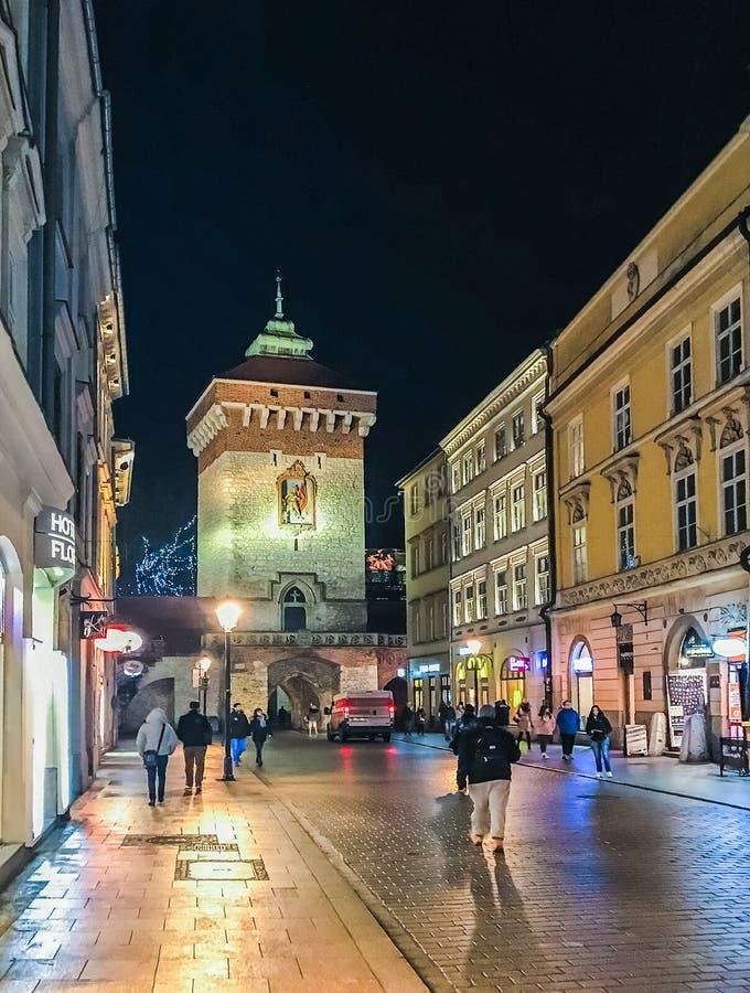克拉科夫,波兰- 2018年1月24日:1月晚上在弗洛里安街在克拉科夫的历史的中心有圣Floria门的  库存照片