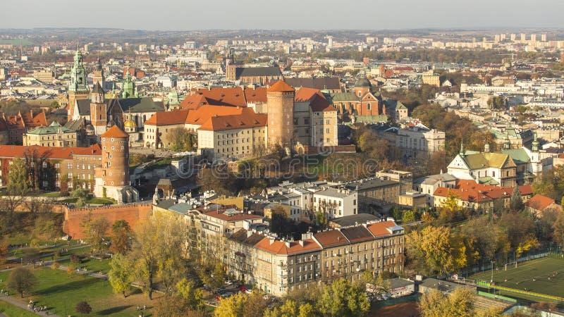 克拉科夫,波兰-皇家Wawel城堡鸟瞰图与公园的 库存图片