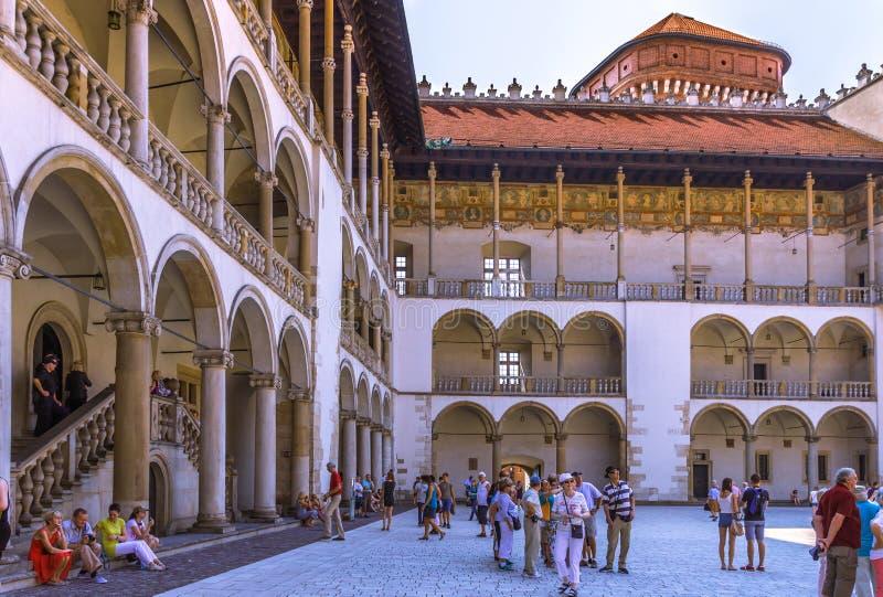 克拉科夫(克拉科夫) - Wawel城堡成为拱廊街道回廊 图库摄影