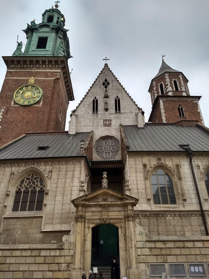 克拉科夫/波兰- 2018年3月23日:瓦维尔山城堡的疆土 塔和墙壁,大教堂,王宫 免版税库存图片