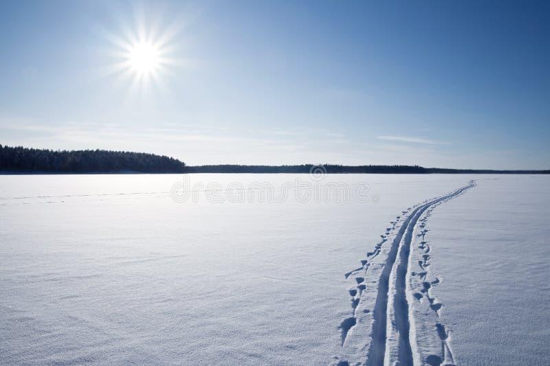 克服的冻结的湖滑雪雪星期日跟踪 库存图片