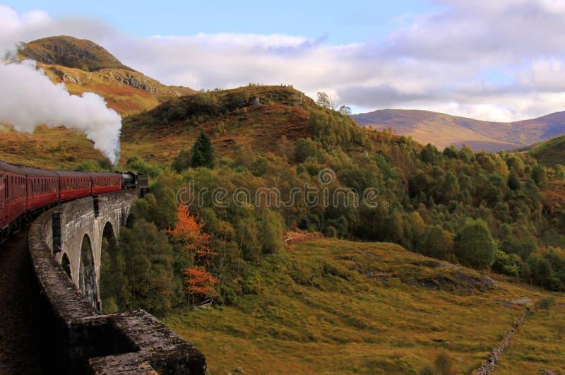 克服的glenfinnan苏格兰蒸汽培训高架桥 图库摄影