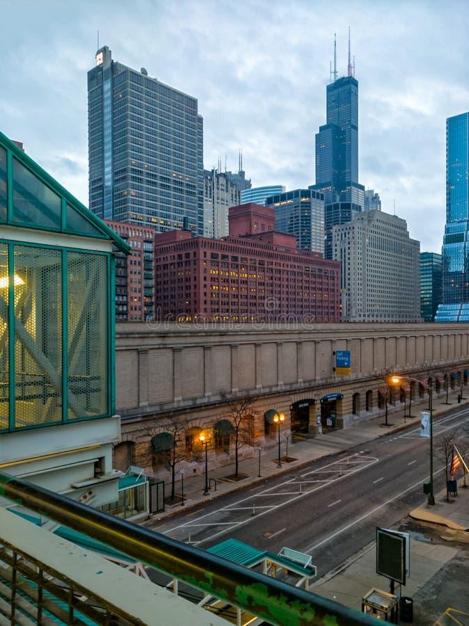克林顿街和塔从火车站的办公楼透视图在芝加哥的西部圈邻里 库存图片