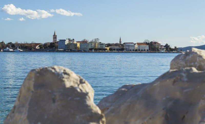 克罗地亚扎达尔市的城市建筑享有美丽的海景 免版税库存图片