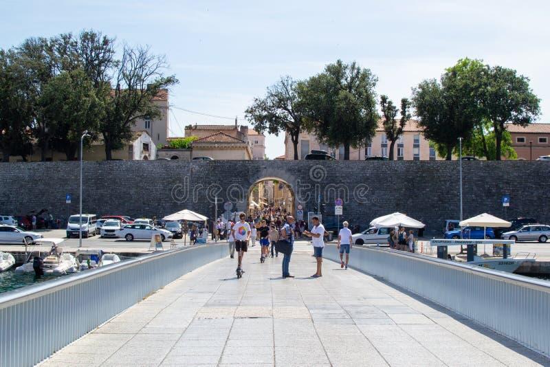 克罗地亚扎达尔;07/17/2019:克罗地亚扎达尔老城城桥桥门墙 库存照片