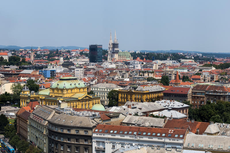 克罗地亚鸟瞰图的萨格勒布、首都-五颜六色的屋顶和c 免版税库存图片