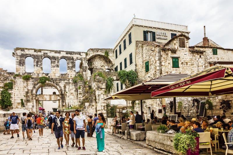克罗地亚,已分解 游人在Diokletian宫殿 免版税库存图片