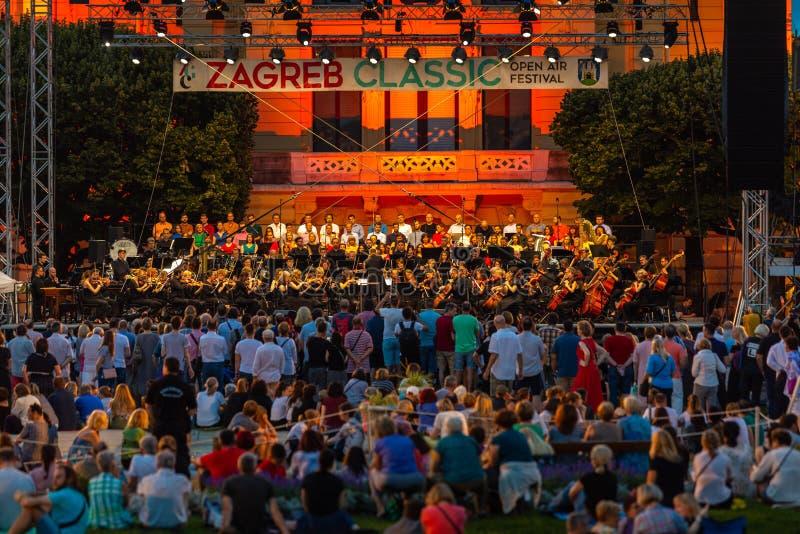 克罗地亚,萨格勒布,音乐会6月21日,在艺术亭子前面的公开门户开放主义的在克罗地亚的萨格勒布首都 库存照片