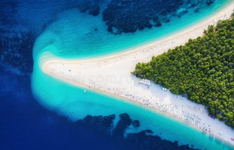 克罗地亚,赫瓦尔海岛,Bol 在Zlatni鼠的全景鸟瞰图 海滩和海从空气 著名地方在克罗地亚 夏天seasca 库存照片