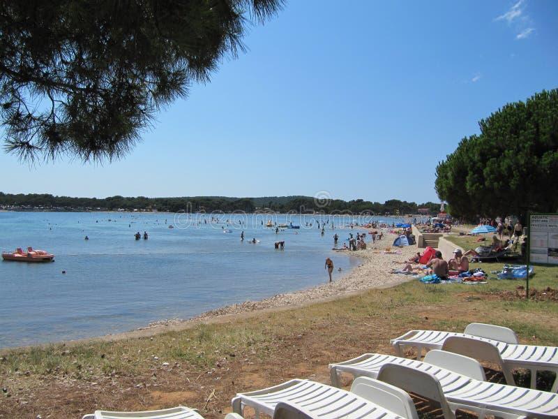 克罗地亚,Istra - 2010年7月19日 海滩在Medulin 免版税图库摄影