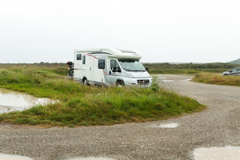 克罗宗,法国2018年5月29日家庭度假旅行RV,在motorhome,有蓬卡车汽车假期的假日旅行 美好的自然nat的法国 库存照片