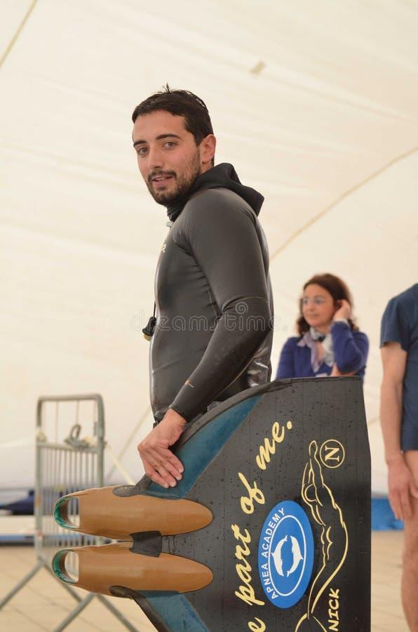 克罗托内意大利4月2014年与他的单音飞翅的Freediver在水池的训练期间 库存图片