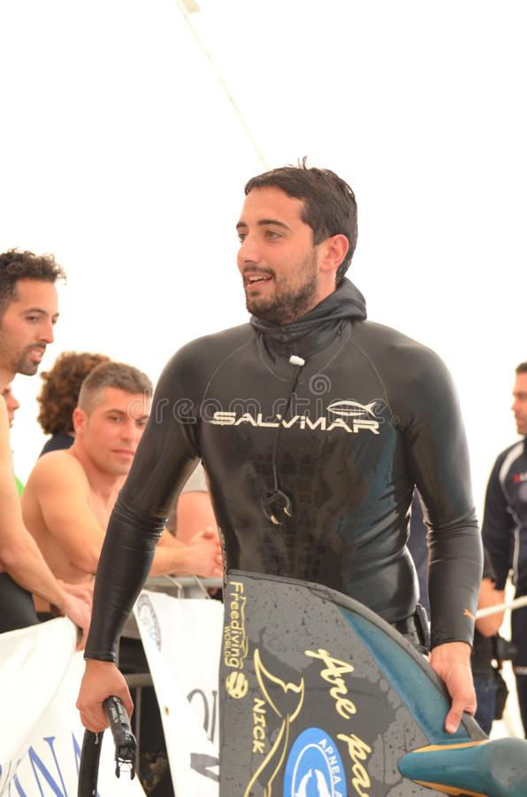 克罗托内意大利4月2014年与他的单音飞翅的Freediver在水池的训练期间 库存照片