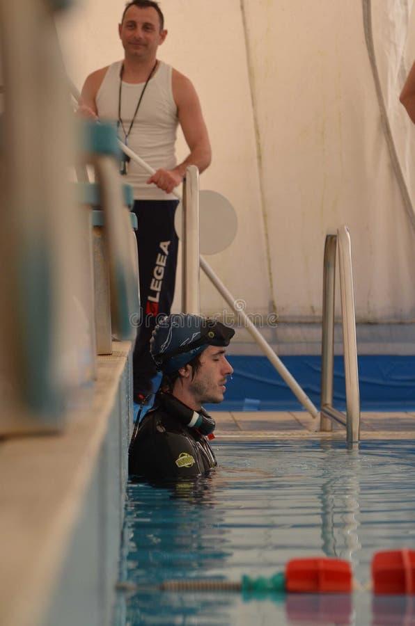 克罗托内意大利4月2014年在训练期间的Freediver在水池 免版税库存图片