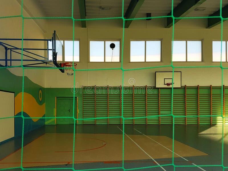 克罗斯诺,波兰-可以27日2018年:绿色的体操多功能大厅与篮球领域和一个栅格在窗口fo 库存图片