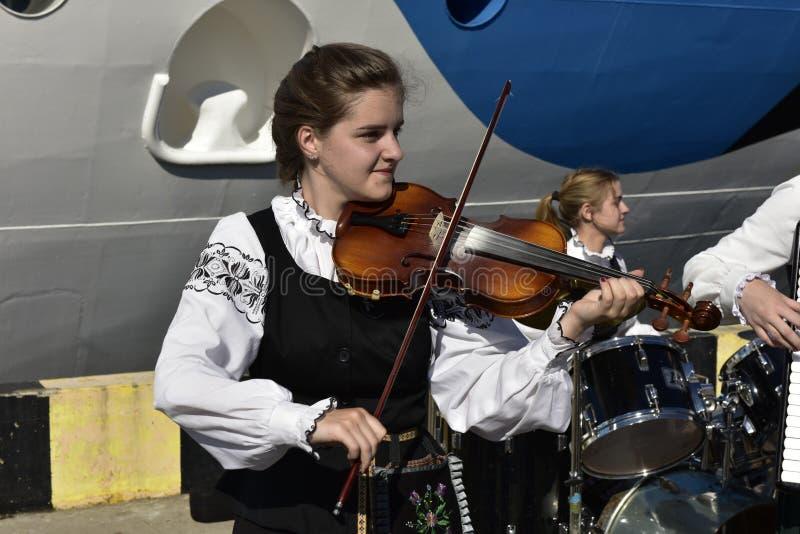 克莱佩达,立陶宛,欧洲港口的俏丽的小提琴手  免版税图库摄影