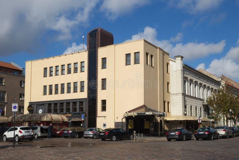 克莱佩达,立陶宛- 2018年9月22日:与Nese赌博娱乐场和爱尔兰客栈的现代大厦在Teatro街道上 免版税图库摄影