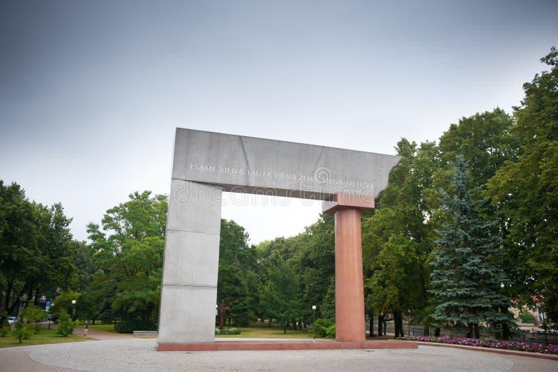 克莱佩达, '曲拱' -对立陶宛的统一的花岗岩纪念碑 免版税库存照片
