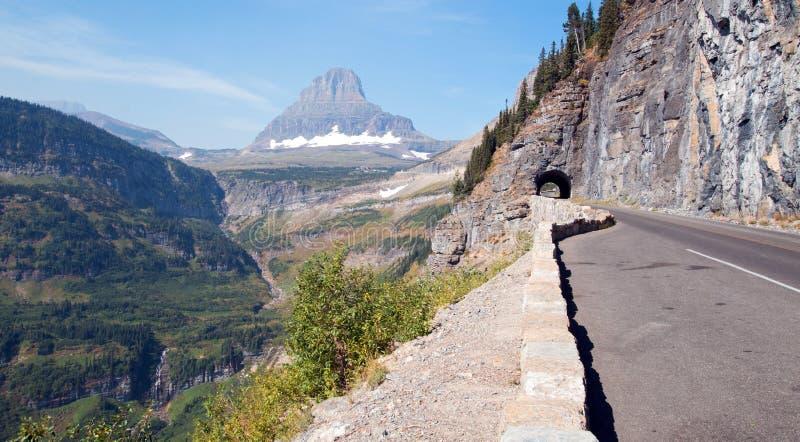 克莱门茨山在摇石顶部传递去到太阳高速公路在卷云下在冰川国家公园美国 免版税库存照片