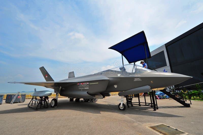 洛克西德・马丁F-35闪电联接罢工战斗机大模型在新加坡Airshow 免版税库存照片
