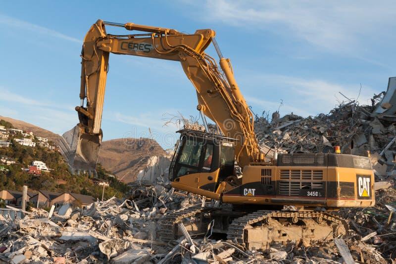克赖斯特切奇,新西兰- 2012年5月20日:挖掘机运作的afte 免版税库存图片