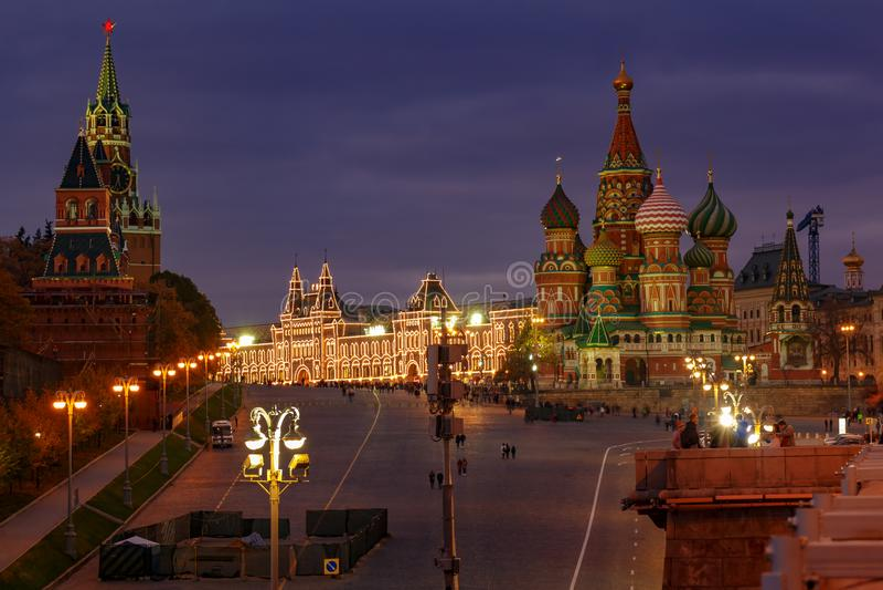 克里姆林宫和圣蓬蒿大教堂看法红场的在晚上 莫斯科历史中心风景 库存图片