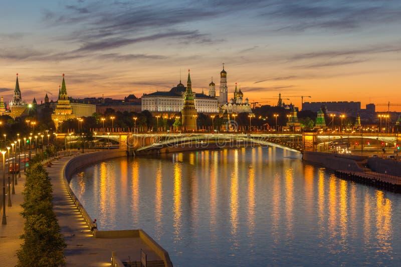 克里姆林宫和莫斯科河在夏天早晨 免版税库存图片